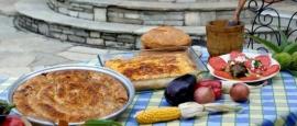 Een van de geneugtes van het leven is lekker eten. Speciaal in een land als Griekenland dat een rijke traditie heeft op dit gebied. Het is voor velen een groot plezier de lokale gerechten te proeven